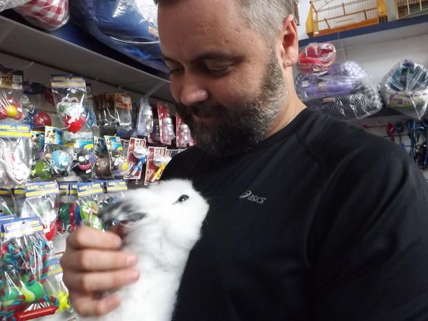 Eric comprou um coelho para seus três filhos (Foto: Mariana Bonora / G1)
