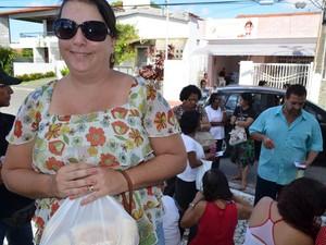 """""""Aprendi esse costume com a minha mãe e hoje vim buscar meu pãozinho"""", diz Janaína (Foto: Marina Fontenele/G1)"""