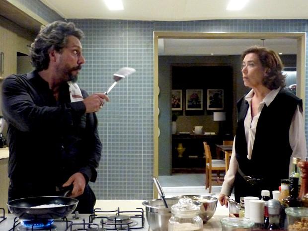 Zé Alfredo discute com Marta e avisa que um vai morrer (Foto: Tatiana Helich/ Gshow)