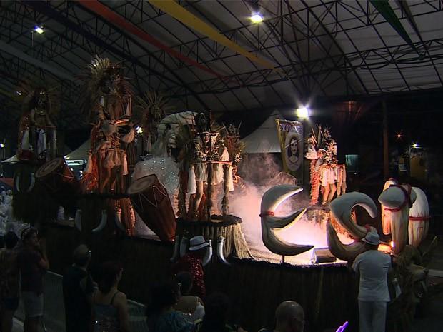 Escola Boêmios da Estiva é campeã do Carnaval 2016 de Taubaté, SP (Foto: Reprodução/ TV Vanguarda)