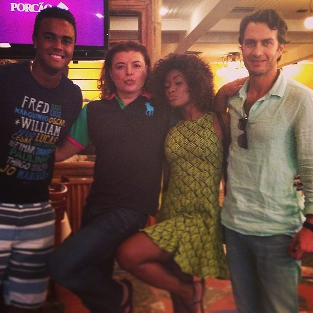 David Brazil com elenco de Em Família (Foto: Instagram / Reprodução)