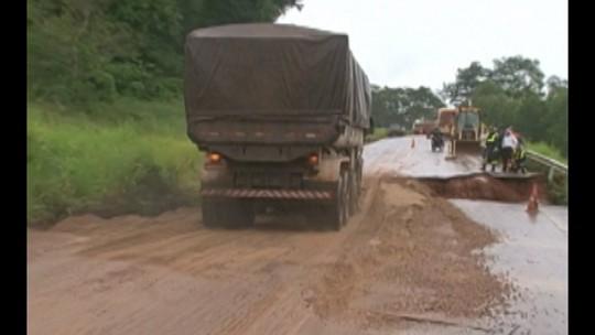 Tráfego na Transamazônica é liberado após reparo provisório em cratera