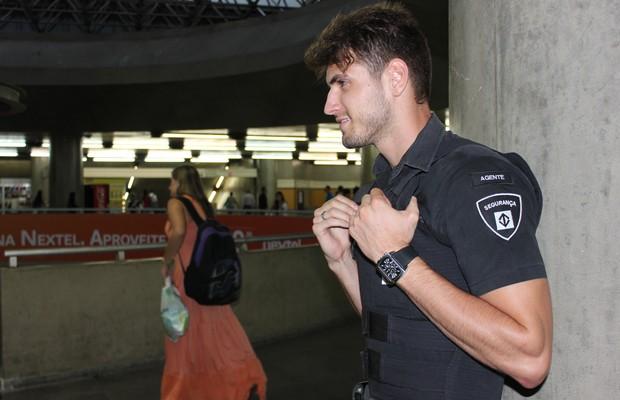 Como segurança do metrô, Guilherme Leão orienta passageiros e separa eventuais tumultos nas estações (Foto: Nathalia Tavolieri / Época)