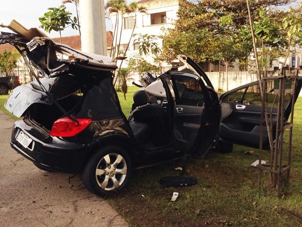 Carro ficou totalmente destruído após acidente em Santos, SP (Foto: Marcela Pierotti/G1)