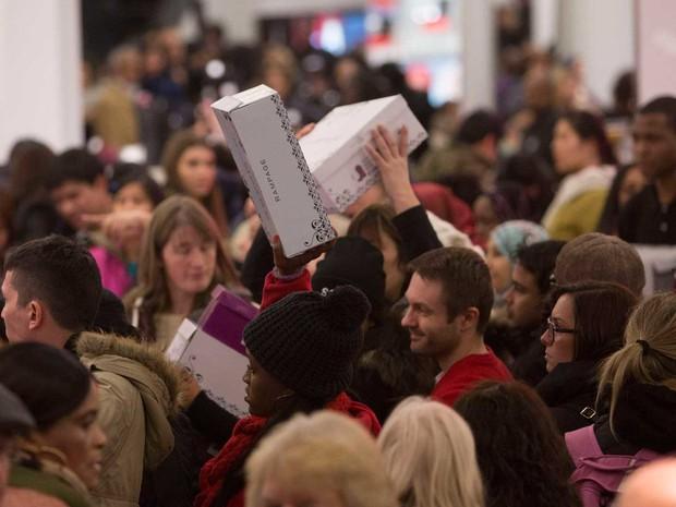 A confusão para sair da Macy's, de Nova York, com um par de sapatos. (Foto: Andrew Kelly / Reuters)