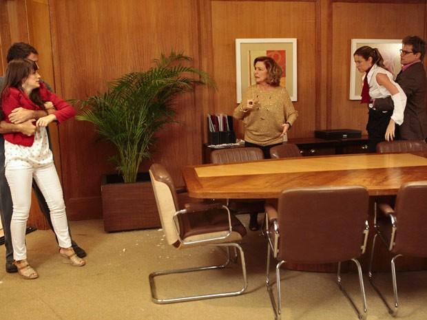Charlô fica chocada com barraco, e Carolina se faz de vítima (Foto: Guerra dos Sexos / TV Globo)