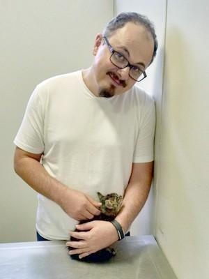 Mahammed Soares com gato resgatado de caixa de drenagem (Foto: Mahammed Soares/Arquivo pessoal)