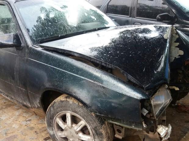 Condutor do carro perdeu o controle e bateu em um poste (Foto: Marksuel Figueredo/Inter TV Cabugi)