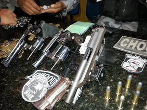 Armas apreendidas com o bando que estava no ferryboat (Foto: Divulgação/Polícia)