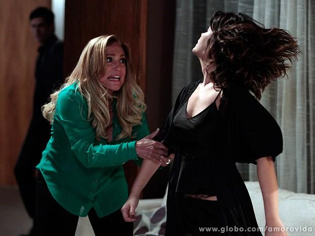 A matriarca não aguenta escutar tantos desaforos e puxa Aline para a briga! (Foto: Amor à Vida / TV Globo)