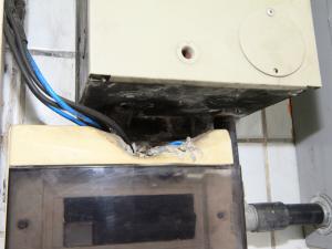 Caixa de disjuntor de energia elétrica estava parcialmente derretida, segundo órgão (Foto: Márcio James/Semcom)