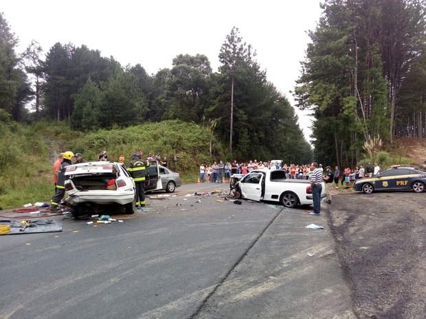 Três veículos se envolveram no acidente na manhã deste sábado (25) na BR-282 em Lages (Foto: PRF/Divulgação)