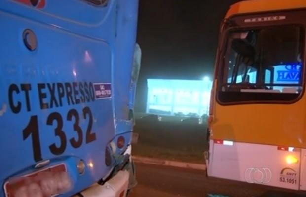 Dez passageiros ficaram levemtne feridas em acidente Valparíso de Goiás (Foto: Reprodução/TV Anhanguera)