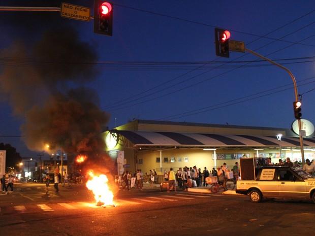 Estudantes ateiaram fogo em pneus de ônibus na Avenida Frei Serafim em Teresina (Foto: Ellyo Teixeira/G1)