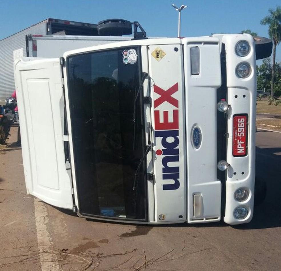 Caminhão carregado de cosmético tomba na BR-364 (Foto: Lys Mendes/Rede amazônica Acre)
