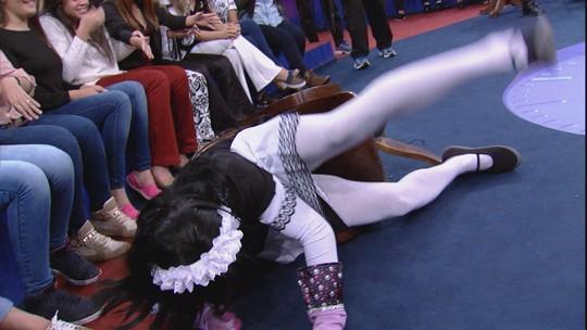 Mary Help cai da cadeira 'ao vivo' e brinca: 'Eu não caí, eu pousei'