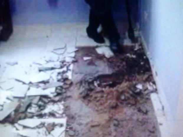 Buraco foi cavado pela polícia (Foto: Divulgação / Polícia Militar)