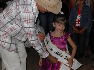 Rainha do Milho do Arraiá Paroquial recebe a faixa (Foto: Veromilton da Conceição Nunes/Arquivo Pessoal)