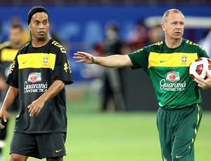 Mano Menezes e Ronaldinho treino Seleção (Foto: Mowa Press)