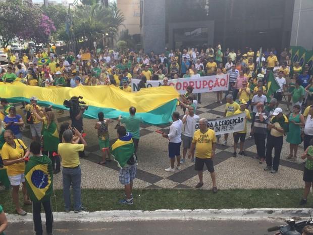Grupo promove 'abraço' à PF durante protesto contra Dilma e Lula, em GO (Foto: Honório Jacometto/TV Anhanguera)