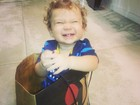 Priscila Pires coloca o filho dentro de uma sacola de compras