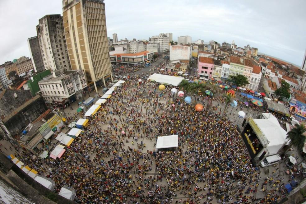 Pátio do Carmo, no Centro do Recife, ficou repleto de fiéis na tarde deste domingo (16), dia de Nossa Senhora do Carmo (Foto: Marlon Costa/Pernambuco Press)