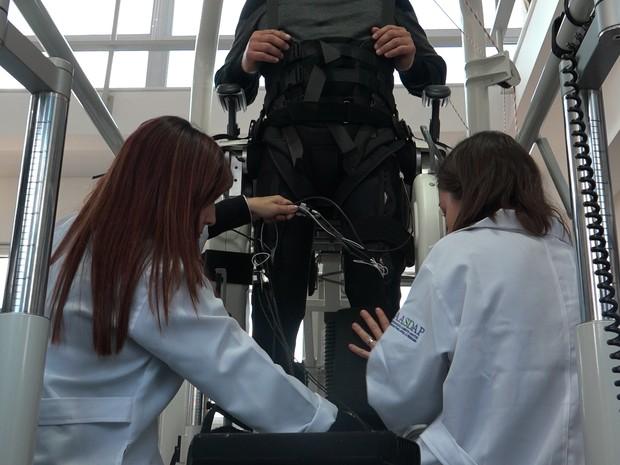 Voluntário faz treinamento para  uso de exoesqueleto  (Foto: AASDAP/ Lente Viva Filmes)