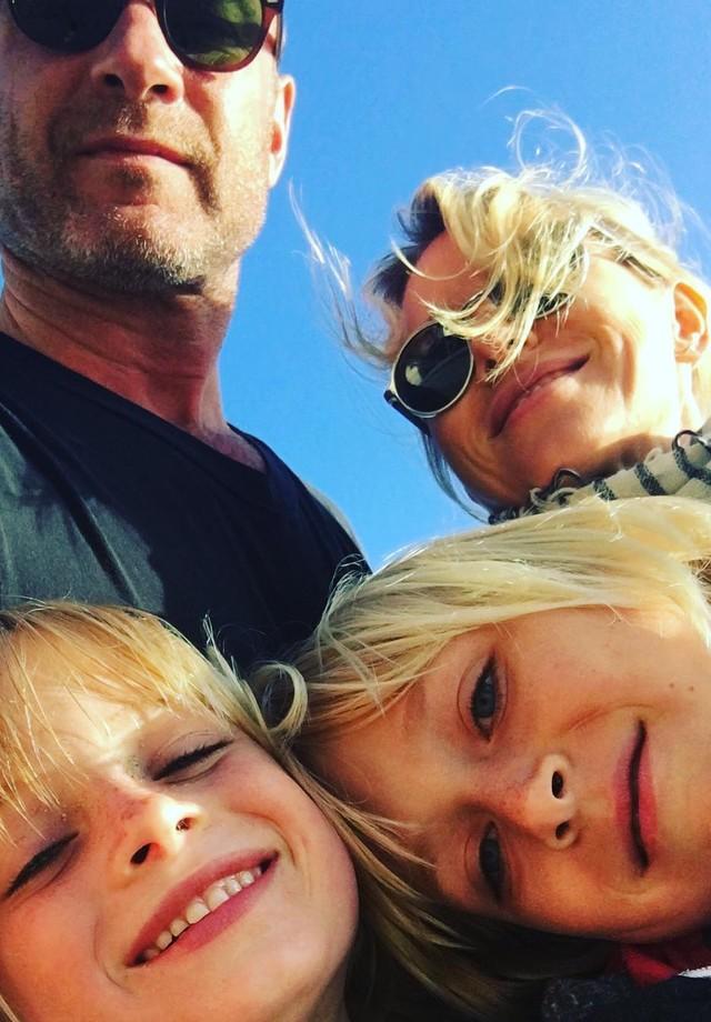 Naomi Watts e Liev Schreiber com os filhos (Foto: Instagram/Reprodução)