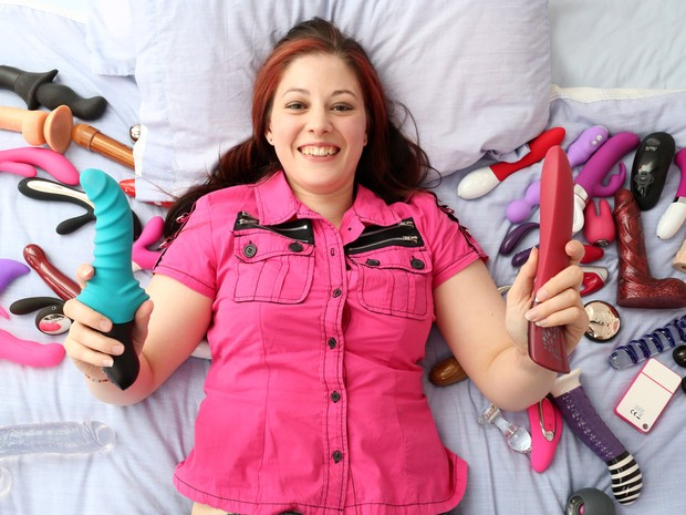 Cara trabalha como testadora de sex toys (Foto: Mike Jones/Caters News)