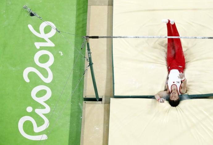 Kohei Uchimura sofre queda na barra fixa (Foto: Reuters)