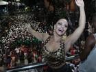 Viviane Araújo usa shortinho jeans para se jogar no carnaval de Salvador