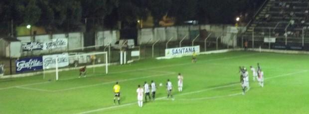 Roni desperdiça cobrança de pênalti aos 14 minutos do 2º tempo. (Foto: Diego Souza/Globoesporte.com)