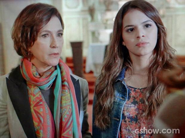 Luiza e Chica ficam surpresas com atitude de Helena (Foto: Em Família/ TV Globo)