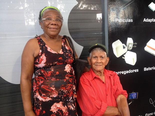 Dermilra Teixeira acompanhou o marido Henrique Pantoja para ver o desfile (Foto: Jéssica Alves/G1)