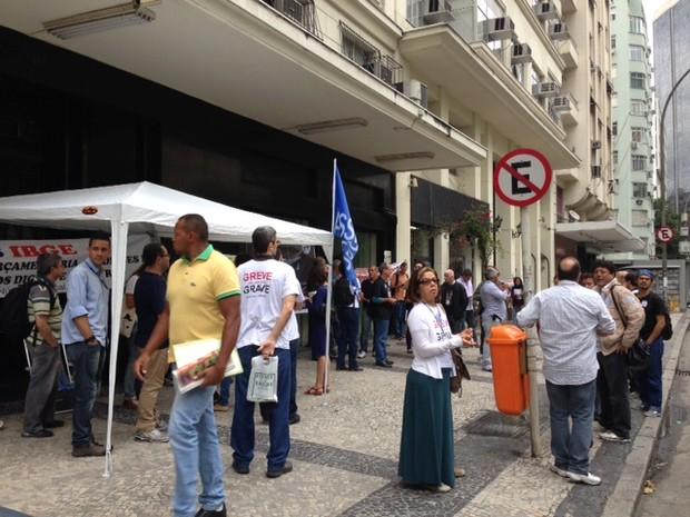 Funcionários se reúnem em frente ao prédio do Instituto, no Centro do Rio  (Foto: Cristiane Cardoso / G1)