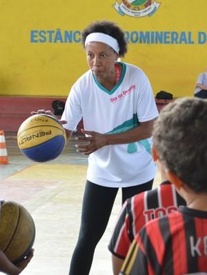 Janeth Arcain clínica basquete Poá (Foto: Cairo Oliveira)