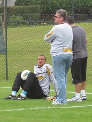 Renan conversa com o fisioterapeuta Flavio Meirelles e o supervisor Sidnei Loureiro (Foto: Thales Soares / Globoesporte.com)