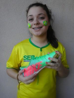 Caroline ganhou autógrafo de Benzema na chuteira em Ribeirão Preto (Foto: Arquivo pessoal)