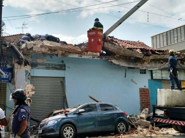 Bombeiros tentam resgatar mais uma vítima em meio aos escombros (Foto: Guilherme Lucio / G1)