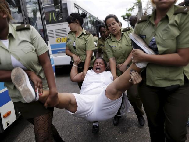 Uma mulher membro das 'Damas de Branco' grita enquanto é levada por policiais horas antes da chegada do presidente dos EUA, Barack Obama, para uma visita histórica em Havana, Cuba (Foto: Ueslei Marcelino/Reuters)