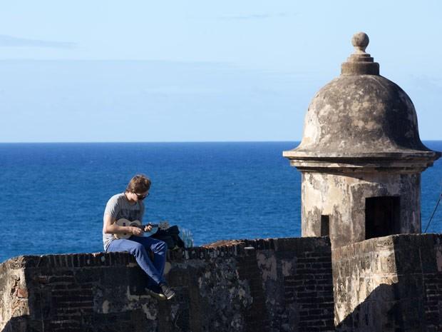 O produtor musical Guto Guerra, que apresenta o programa Música na Mochila, em Porto Rico (Foto: Divulgação)