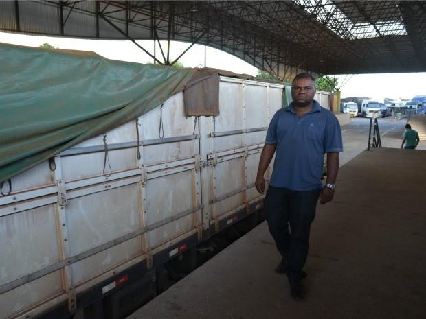 O caminhoneiro Osmar Pereira Vitória diz que fiscais se recusaram a realizar atendimento durante jogo do Brasil, em Vilhena, RO (Foto: Jonatas Boni/G1)