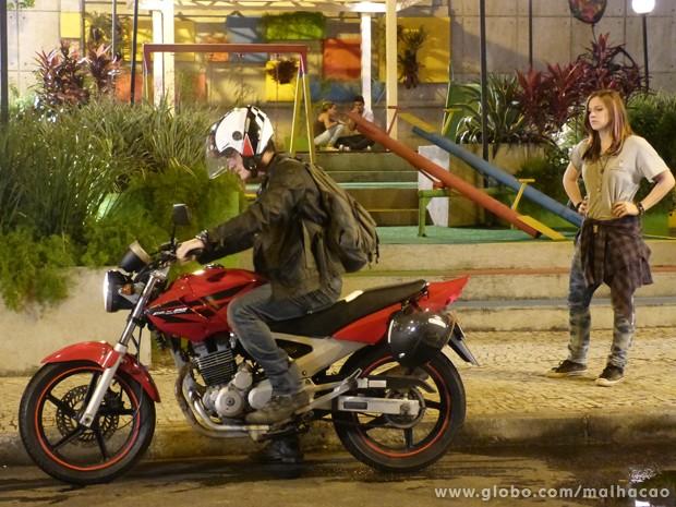 O anjo sai irado com a moto.  (Foto: (Foto: Malhação/TV Globo))