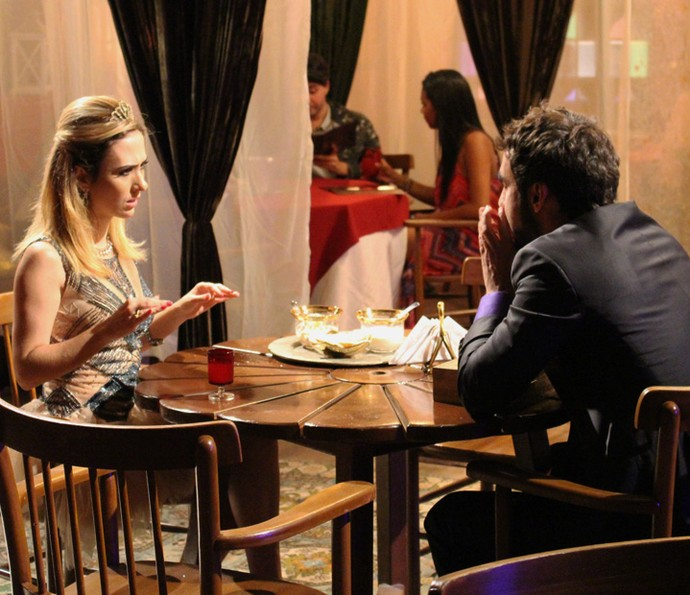 Jantar romântico não termina como Fedora esperava (Foto: Carolina Rios/Gshow)