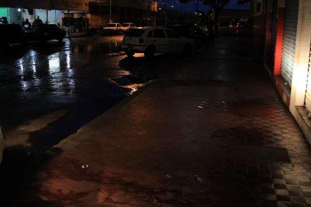 Calçada onde dois moradores de rua, um deles um garoto de 11 anos, foram mortos em Goiânia (Foto:  Zuhair Mohamad/O Popular)