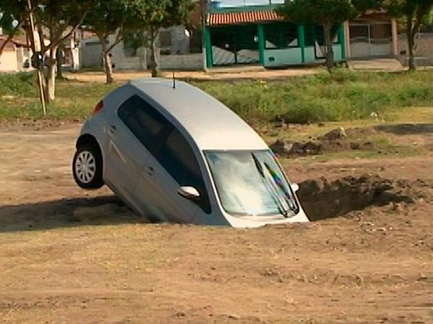 Carro cai em buraco em Feira de Santana (Foto: Reprodução/ TV Subaé)