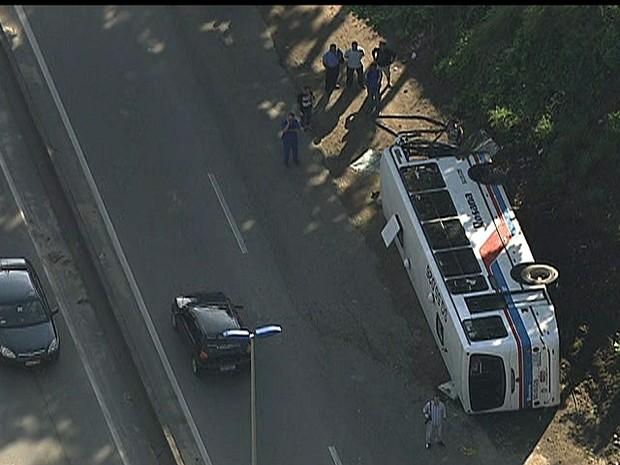 Acidente com o ônibus ocorreu na RJ-104, na altura de Tribobó, em São Gonçalo.  (Foto: Reprodução TV Globo)