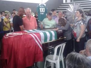 Mãe chora sobre o caixão durante velório do ex-jogador Fernandão, na sede do Goiás (Foto: Guilherme Gonçalves/G1)