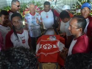 Torcedor que morreu após queda no Almeidão foi velado por jogadores e dirigentes do Auto Esporte, em João Pessoa (Foto: Amauri Aquino/Globoesporte.com)