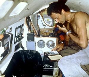 Amyr dentro de seu barco enquanto cruzava o Atlântico Sul (Foto: Divulgação )